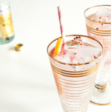 Gin and Tonic with Grapefruit – This colourful twist on the classic gin and tonic recipe uses fresh pink grapefruit and floral pink peppercorns. A beautiful summer cocktail. By @deliciouscratch | deliciousfromscratch.com