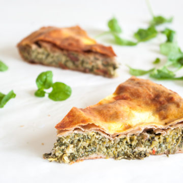 Greek Courgette Pie with Whole Wheat Pastry – Super healthy vegetable pie recipe, packed with grated courgette, spinach and cheese, wrapped in whole wheat filo pastry. Great for a light vegetarian lunch or dinner, or a fantastic packed lunch or picnic. By @deliciouscratch | deliciousfromscratch.com