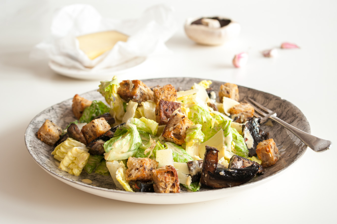 Gruyère Caesar Salad with Mushrooms – Creamy homemade Caesar dressing with roasted garlic, Gruyère sourdough croutons and marinated mushrooms, all tossed with crunchy romaine lettuce. A hearty autumn salad. By @deliciouscratch | deliciousfromscratch.com