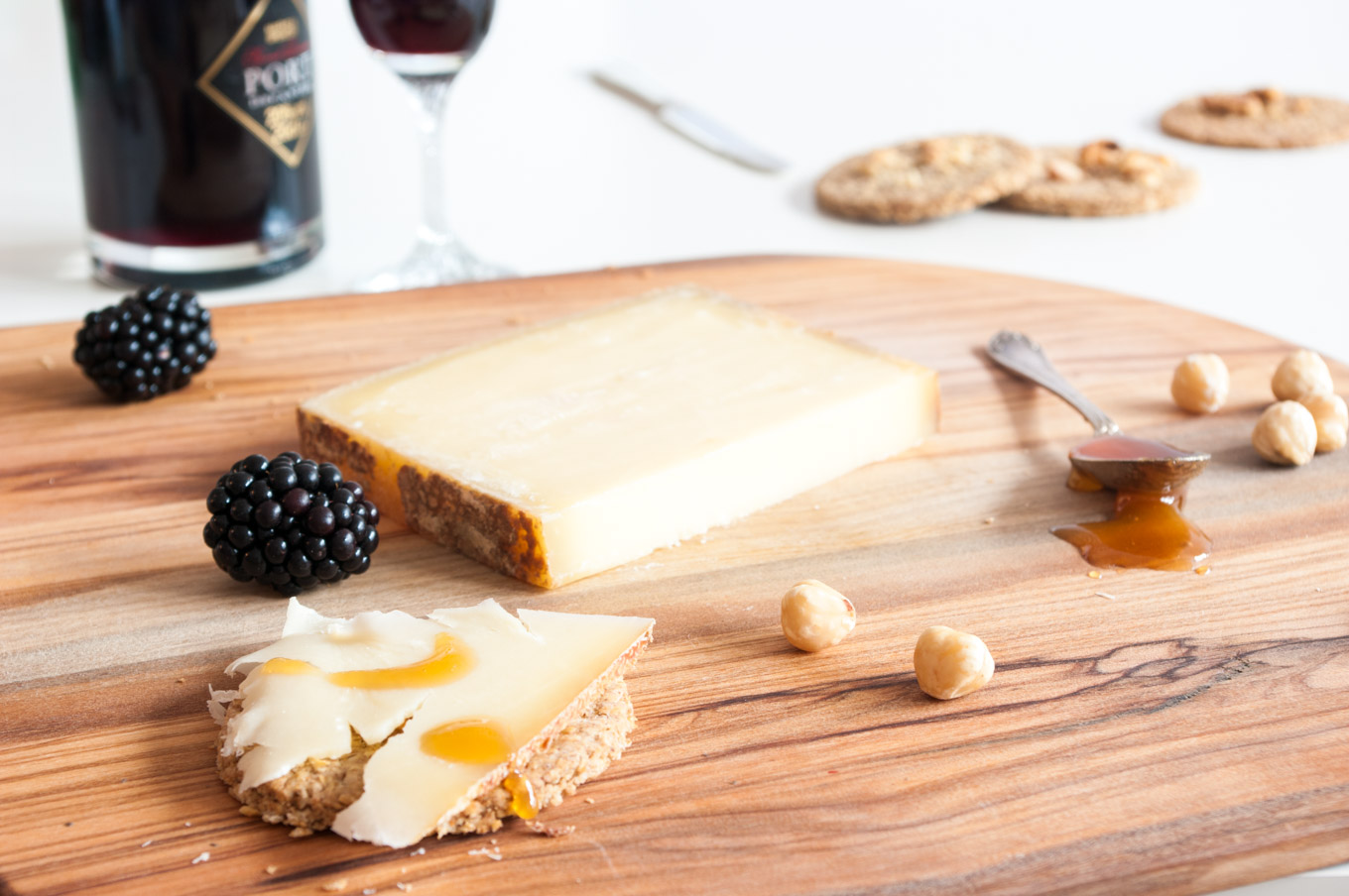 Gruyère Cheeseboard with Honey and Port – Aged Gruyère cheese with buckwheat oatcakes, blackberries, honey and Port. A great party sharing platter, excellent for a Christmas cheeseboard. By @deliciouscratch | deliciousfromscratch.com