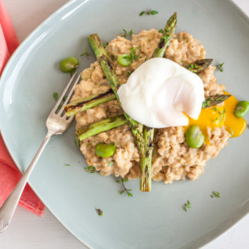 Healthy Risotto with Spring Vegetables – This healthy risotto recipe uses wholegrain oat groats instead of rice and is topped with asparagus, broad beans and Parmesan. Poached egg optional, but heartily recommended. A great vegetarian dinner or entree. By @deliciouscratch | deliciousfromscratch.com