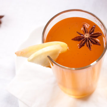 Hot Mulled Apple Cider – This soothing hot drink blends homemade spiced syrup with boozy apple cider. A fantastic, warming winter cocktail. By @deliciouscratch | deliciousfromscratch.com