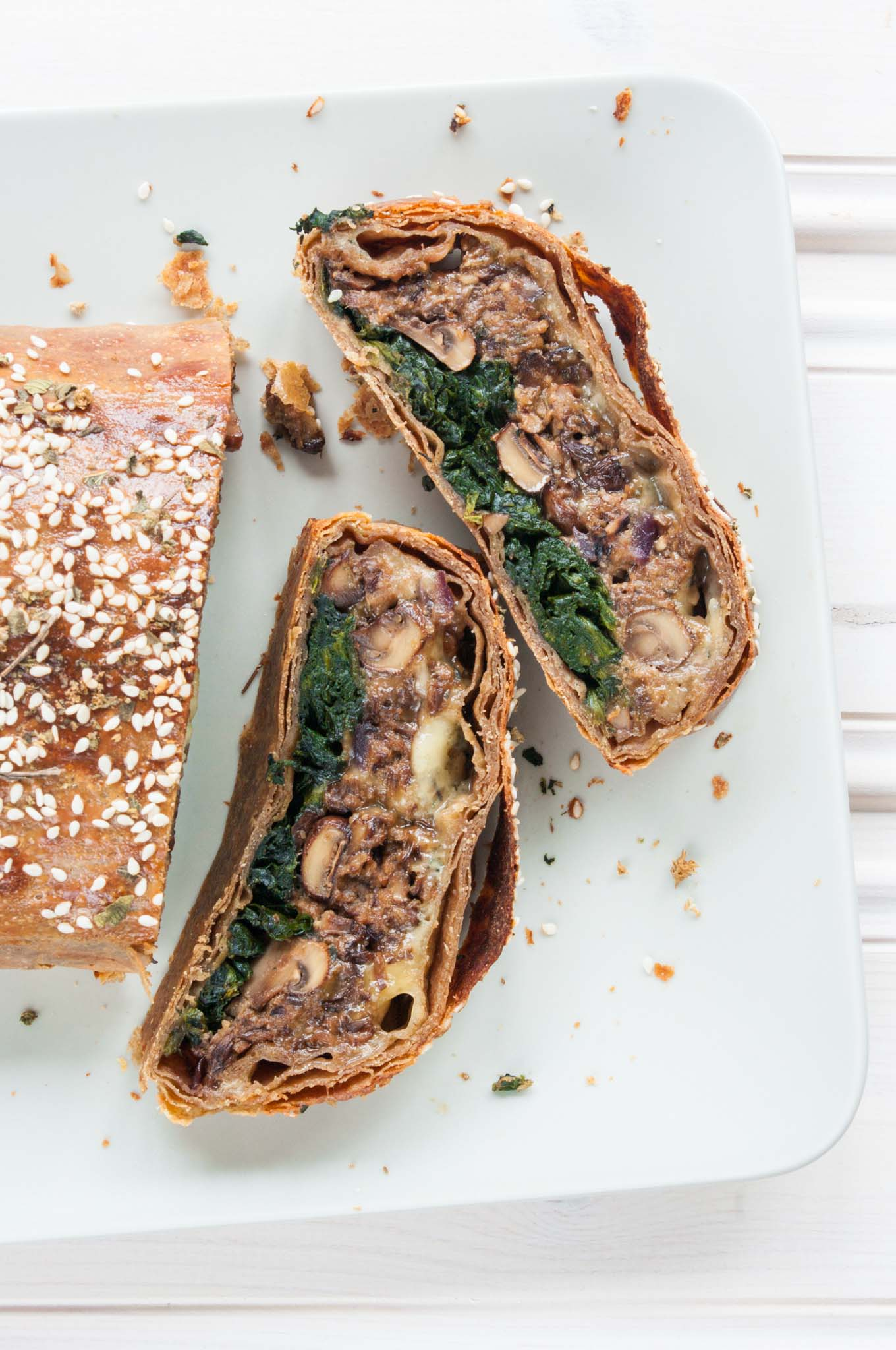 Mushroom Wellington with Spinach – This spectacular mushroom Wellington recipe is a fabulous vegetarian main course (easily made vegan) – great for Christmas or roast dinners, when you want the meatless option to really outshine the competition. Garlic mushroom filling, seasoned spinach and melted blue cheese (optional), wrapped in thin, flaky layers of spelt pastry. By @deliciouscratch | deliciousfromscratch.com