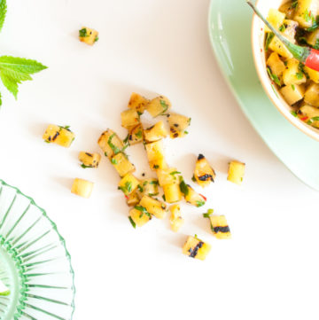 Pineapple Salsa – This spicy, zingy sweet/sour charred pineapple salsa recipe uses barbecued or grilled pineapple, chilli, lime & mint to create a flavour bomb! By @deliciouscratch | deliciousfromscratch.com