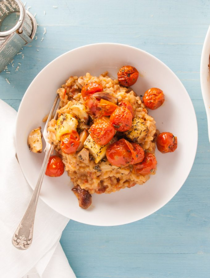 Tomato Risotto with Halloumi – A scrumptious vegetarian risotto recipe flavoured with with sun-dried tomato paste, topped with toasted halloumi. Delicious vegetarian main course. By @deliciouscratch | deliciousfromscratch.com